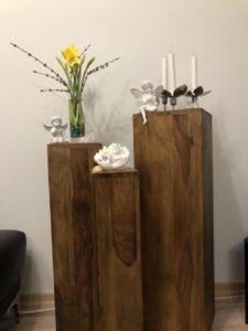 Blumensäule Holz dekoriert mit Narzissen
