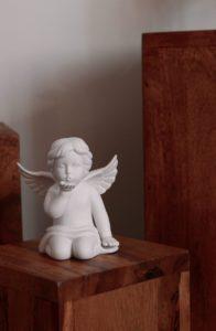 Engel gibt Handkuss auf Blumenständer Holz