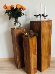 Blumensäule Holz mit Rosen in Orange