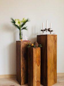 Blumensäule Holz mit weisser Amaryllis