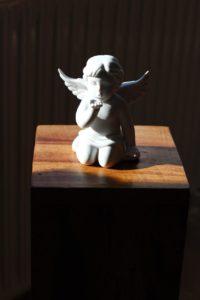Engel gibt Handkuss auf Blumensäule Holz Massiv