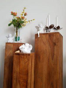 Blumensäule Holz mit Moosröschen und Forsythienzweige